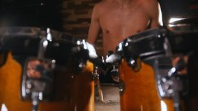 Hemdloser Schlagzeuger, der im Studio spielt trommelstöcke stock video footage