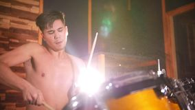 Hemdloser Schlagzeuger spielt leidenschaftlich Musik im Studio stock video footage