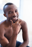 Hemdloser schwarzer Mann. Lizenzfreies Stockbild
