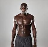 Hemdloses männliches Modell, das sicher steht stockfotos