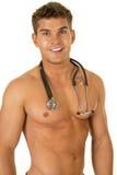 Hemdloses Stethoskopabschlusslächeln des starken Mannes Stockfoto
