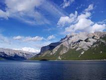Hemel, bergen en meer royalty-vrije stock afbeelding