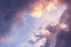 Hemel bij zonsondergang met wolken Stock Afbeelding
