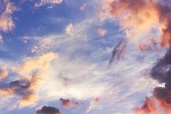 Hemel bij zonsondergang met wolken Stock Fotografie