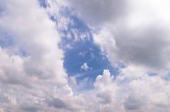 Hemel blauwe en witte wolken Royalty-vrije Stock Afbeeldingen