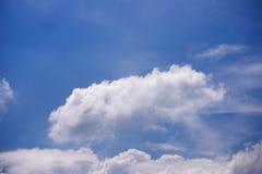 Hemel blauwe en witte wolken Stock Foto