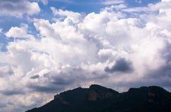 Hemel blauwe en witte wolken Royalty-vrije Stock Foto