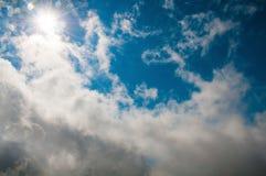 Hemel - blauwe hemel, mooie witte wolken Stock Foto