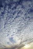 Hemel in de avond met vele kleine wolken Royalty-vrije Stock Foto's