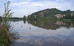 Hemel die een meer wordt overdacht Stock Afbeelding