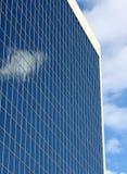 Hemel die weg van een gebouw nadenkt. Stock Afbeeldingen