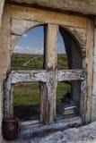 Hemel en gebiedslandschap in oud houten venster wordt weerspiegeld dat Royalty-vrije Stock Fotografie