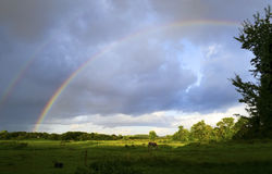 Hemel en regenboog na onweersbui over een breed landschap van het land Royalty-vrije Stock Afbeelding