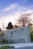 Hemel en stadsmuur met park en bomen in de zonsondergang die in B gloeien royalty-vrije stock afbeelding