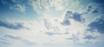 Hemel en van de wolkenzomer panorama stock fotografie