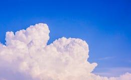 Hemel en witte wolken Stock Afbeeldingen