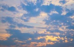 Hemel en wolk in de zonsondergangtijd royalty-vrije stock afbeelding