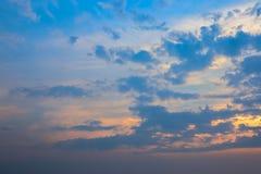 Hemel en wolk in de zonsondergangtijd royalty-vrije stock fotografie