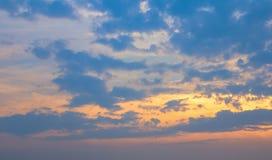 Hemel en wolk met oranje licht in de zonsondergangtijd stock afbeelding