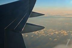 Hemel en wolken bij schemer van vliegtuigenvenster stock foto