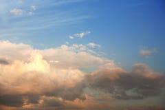 Hemel en wolken bij zonsondergang Royalty-vrije Stock Foto's