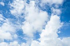 Hemel en wolken helder blauw stock foto
