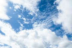 Hemel en wolken helder blauw stock fotografie