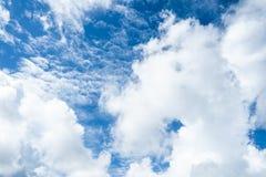 Hemel en wolken helder blauw stock foto's