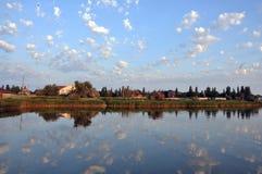 Hemel en wolken in het water wordt weerspiegeld dat Stock Afbeeldingen