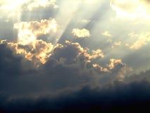 Hemel en wolken met zonstralen Stock Foto's