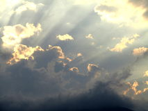 Hemel en wolken met zonstralen Royalty-vrije Stock Afbeeldingen
