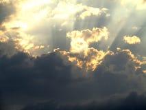Hemel en wolken met zonstralen Royalty-vrije Stock Foto