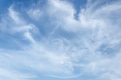 Hemel Fantastische zachte witte wolken tegen Royalty-vrije Stock Foto's