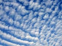 Hemel met altocumuluswolken Stock Foto's
