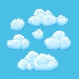 Hemel met art. van het wolken het vectorpixel Cloudscapeachtergrond voor retro spel Stock Afbeelding