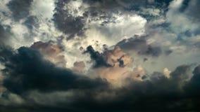 Hemel met clusters van wolken in de hemel met mooie kleuren en diepte royalty-vrije stock foto's
