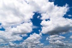 Hemel met Cumuluswolken, mooie dramatische cloudscape royalty-vrije stock foto