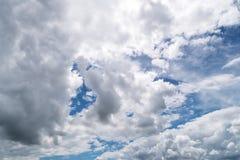Hemel met Cumuluswolken, mooie dramatische cloudscape royalty-vrije stock foto's