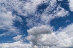 Hemel met Cumuluswolken, mooie dramatische cloudscape stock foto
