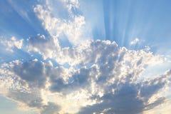 Hemel met grijze en blauwe wolken en rood-oranje hoogtepunt van de Zon royalty-vrije stock afbeelding