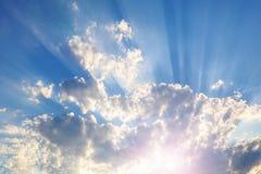 Hemel met grijze en blauwe wolken en rood-oranje hoogtepunt van de Zon stock afbeeldingen