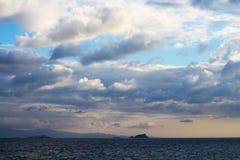hemel met mooie dramatische wolken over de eilanden van Istanboel stock afbeeldingen