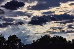 Hemel met onweerswolken na de regen royalty-vrije stock afbeeldingen