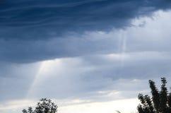 Hemel met onweerswolken wordt behandeld die Stock Fotografie