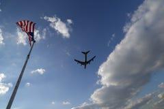 Hemel met Vliegtuig en Vlaggen Stock Fotografie