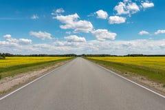 Hemel met witte mooie wolken over de weg Royalty-vrije Stock Afbeelding