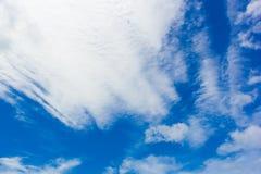 Hemel met witte wolken Royalty-vrije Stock Afbeelding