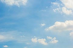 Hemel met witte wolken Stock Afbeeldingen