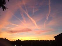 Hemel met Wolken en Vliegtuigslepen royalty-vrije stock afbeeldingen