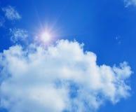 Hemel met wolken en zon. Royalty-vrije Stock Afbeelding